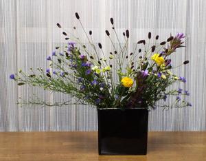 4-1 花ものでいける【吾亦紅(ワレモコウ)、ポンポン菊、孔雀草、小菊、竜胆(リンドウ)】